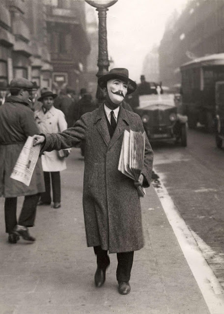 Newspaper seller, Paris, 1929VintageEs1a